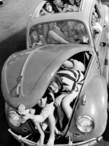 31-teenagers-stuffed-into-a-volkswagen-beetle