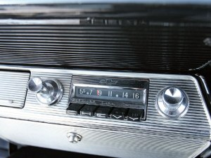 lrmp_0811_14_z+1961_chevrolet_impala+radio